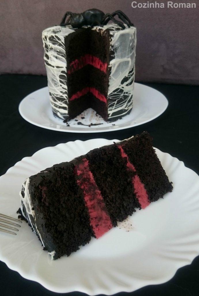 bolo de chocolate com recheio vermelho de doce de leite e teia de aranha de marshmallow