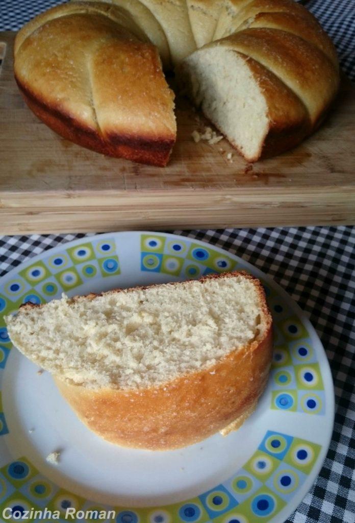 pão doce de laranja partido e fatia